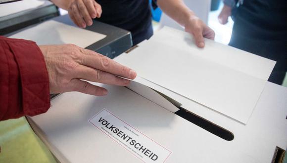 Un votante sufraga en el referéndum para expropiar miles de departamentos en la ciudad de Berlín, el 26 de septiembre de 2021. (JAN ZAPPNER / AFP).