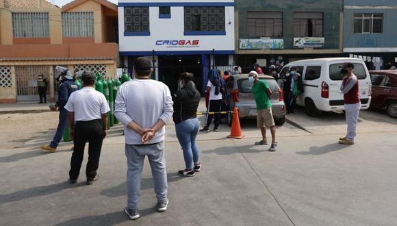 La semana pasada, José Luis Barsallo, denunció que hay personas que realizan el cobro de hasta S/100 soles por espacios en fila en los exteriores de su local, Foto: Fernando Sangama / @photo.gec
