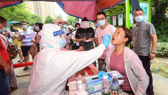 Toma de pruebas a los residentes de Wuhan en China, el 3 de agosto de 2021. (Foto: STR / AFP)