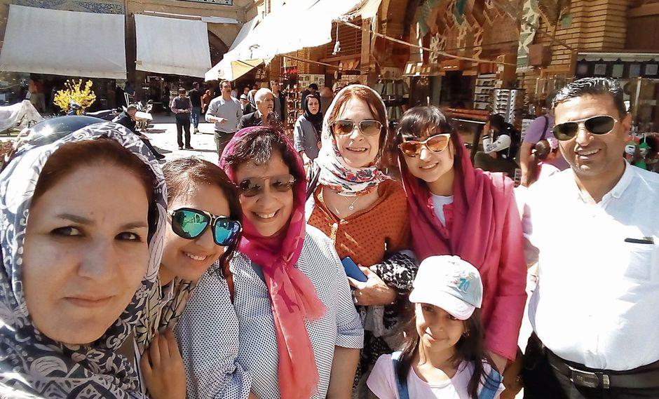 Irán: La autora de la nota (tercera de izq. a der.) y una amable familia en Isfahán.