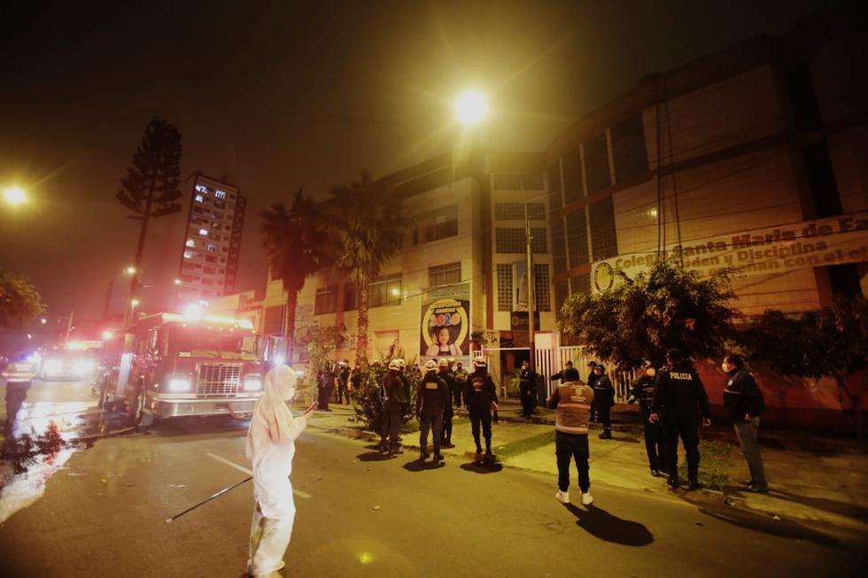Un incendio se registró la noche de este último martes en un colegio Santa María de Fátima. Fotos: Cesar Grados