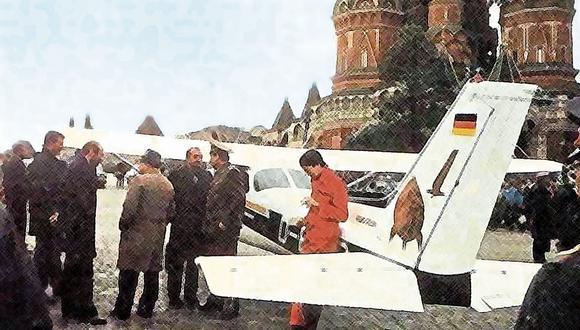Policías y miembros de la KGB decidiendo qué hacer. Rust detrás, solo, y al fondo la catedral de San Basilio. Está prohibido fumar a menos de 500 metros, pero Rust tiene un cigarrillo en la mano.