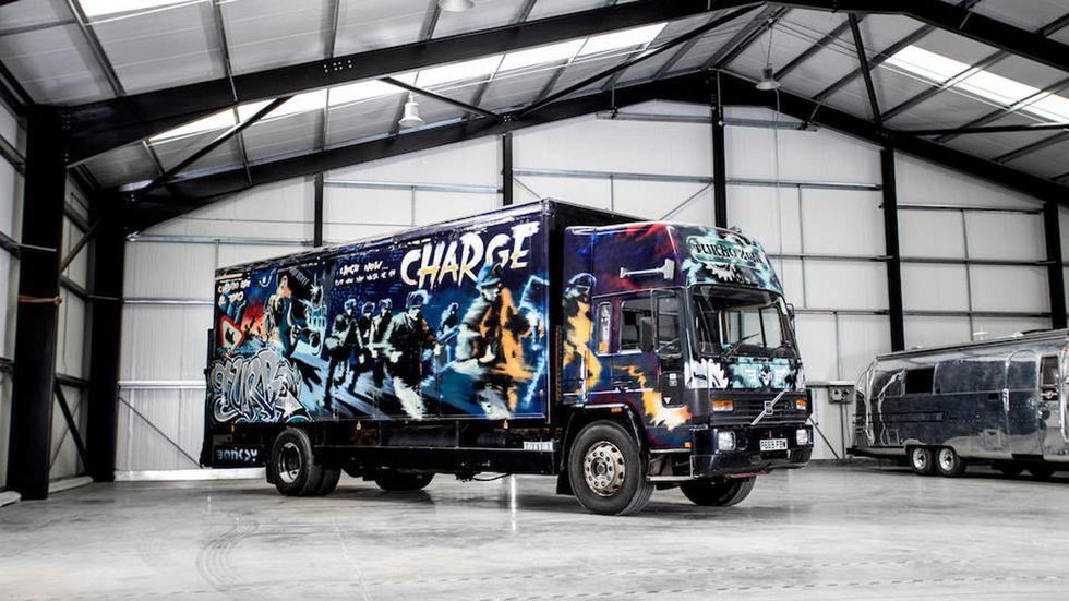 Banksy tardó dos semanas en trabajar sobre la estructura de este Volvo FL6. El artista aún no gozaba de una gran fama mundial. (Fotos: Bonhams).
