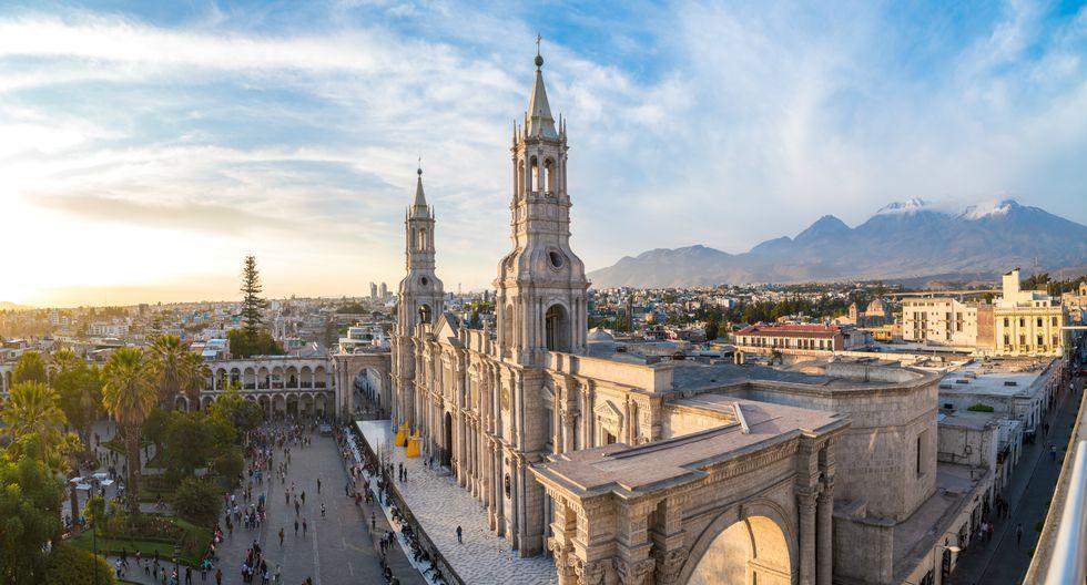 La revista Travel+Leisure  destaca la belleza de la Ciudad Blanca y su centro histórico, declarado Patrimonio de la Humanidad por la Unesco desde el año 2000, así como por sus relucientes estructuras hechas de sillar.(Foto: Shutterstock)