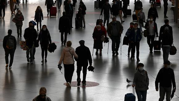La gente camina por el pasillo de la estación principal de trenes en Munich, sur de Alemania, el pasado 25 de septiembre de 2020. (Christof STACHE / AFP)