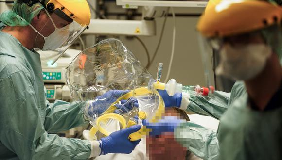 Cornavirus deja ya más de un millón de contagios y supera las  51.000 muertes en el mundo. En la image, médicos atienden a un infectado en un hospital de Bruselas, Foto: AFP / Kenzo TRIBOUILLARD