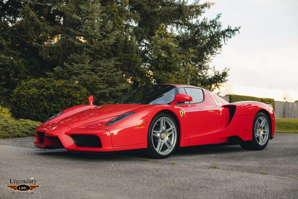 Este Ferrari Enzo debe haber costado en su momento alrededor de medio millón de dólares. Pero hace unos días ha sido vendido por 3,8 millones de dólares, en una subasta de Legendary Motorcar Company. (Foto: www.legendarymotorcar.com)