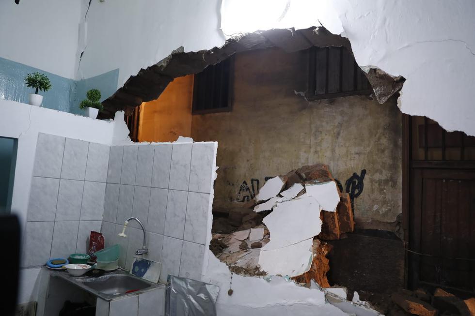 El derrumbe de una vivienda, ubicado en la cuadra 1 de la avenida Bélgica en el distrito de La Victoria, provocó que una persona que se encontraba trabajando en el inmueble quede atrapada. (Foto:Hugo Perez /@photo.gec)