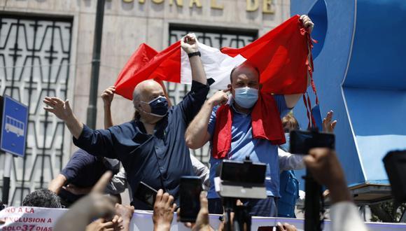 Rafael López Aliaga recibió el apoyo de Hernando de Soto durante manifestación afuera del Jurado Nacional de Elecciones (Foto: César Bueno /GEC)