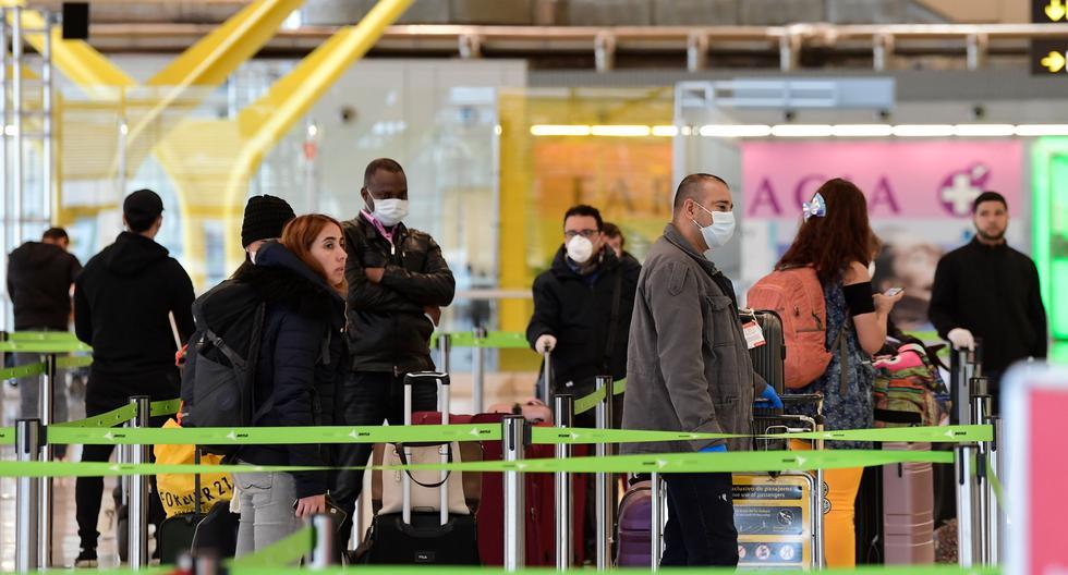 Grecia Novoa recibió un correo del consulado peruano en España anunciando un vuelo de repatriación programado para el día siguiente. Horas antes, le anunciaron que este fue cancelado por falta de autorización para aterrizar en Lima. Tras varias horas en el aeropuerto de Madrid, regresó a Zaragoza. Poco después se comenzó a sentir mal y a los cinco días le confirmaron que estaba contagiada del coronavirus. (Foto referencial: AFP / JAVIER SORIANO)