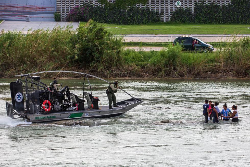 Personas que cruzaban por el río Bravo son rescatadas por agentes fronterizos de Estados Unidos a finales de mayo. (Ilana Panich-Linsman para The New York Times).