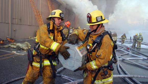 Los bomberos retiraron latas con grabaciones de la bóveda afectada por las llamas en Universal Studios, California, durante el incendio del 1 de junio de 2008. Credit Juan Guerra/Associated Press