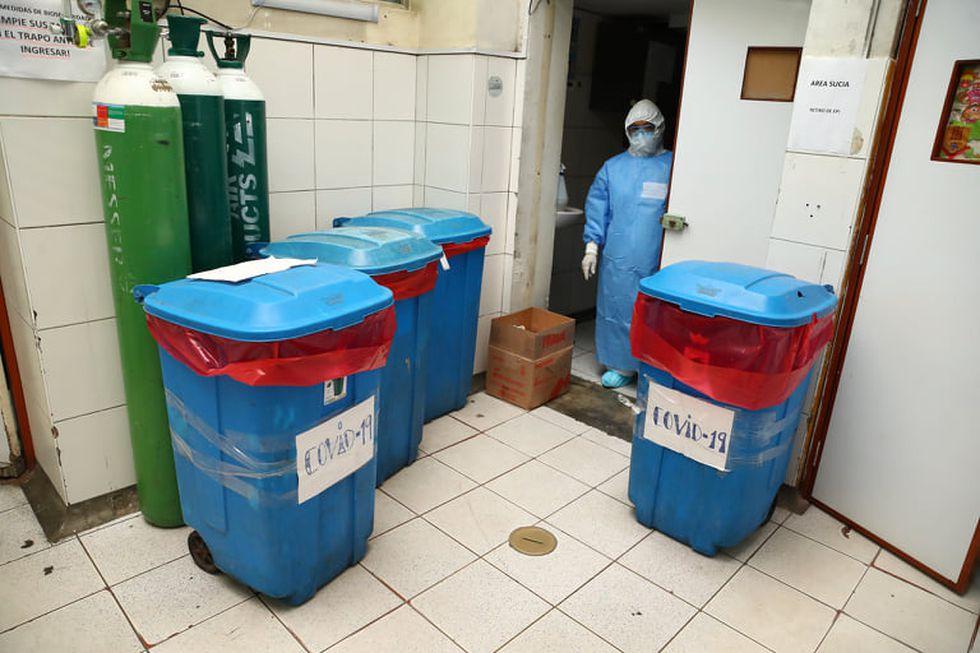 Los depósitos con material que ha sido utilizado en el tratamiento de pacientes de COVID-19 a veces tarda en ser retirado del hospital. (Foto: Alessandro Currarino)