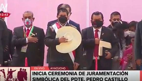 La soprano Lilian Cornelio interpretó el Himno Nacional del Perú en el idioma quechua en la ceremonia previa a la juramentación simbólica de Pedro Castillo en Ayacucho   Foto: Captura / América TV