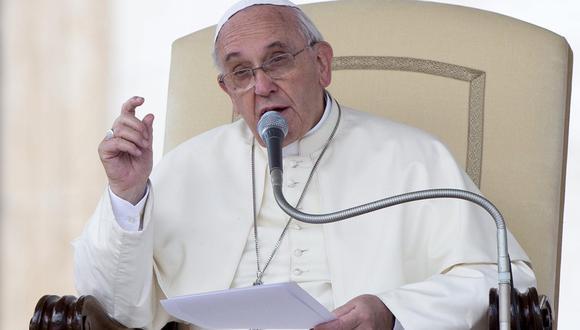 El papa Francisco ofrece unas palabras a los numerosos feligreses congregados en la plaza de San Pedro en el Vaticano. EFE