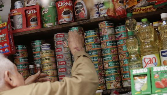 Tras un recorrido por centros de abasto, El Comercio adquirió ayer algunas latas de trozos de caballa de la marca Florida en el centro comercial Las Flores, en Breña. (Foto: Anthony Niño de Guzmán)