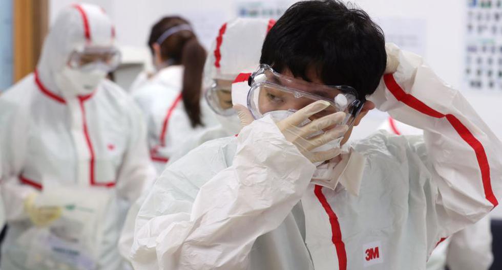 Médicos usan equipo de protección para atender a pacientes infectados con el coronavirus en un hospital en Daegu, Corea del Sur. (Foto: AFP).