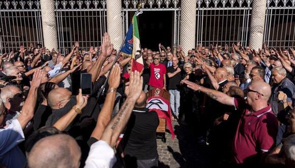 Un grupo de simpatizantes de extrema derecha italianos homenajean a uno de sus líderes. Sin embargo, la mayoría de los miembros de la extrema derecha que ejecutan actos de violencia no pertenecen a ningún grupo establecido. (Foto: Getty Images)