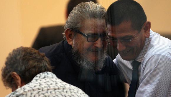 Moisés Limaco, quien en la imagen está al lado de Abimael Guzmán, salió de Perú rumbo a París el 11 de junio al no tener impedimento de salida a pesar de que estaba en marcha el juicio del caso Tarata. (Foto: EFE)