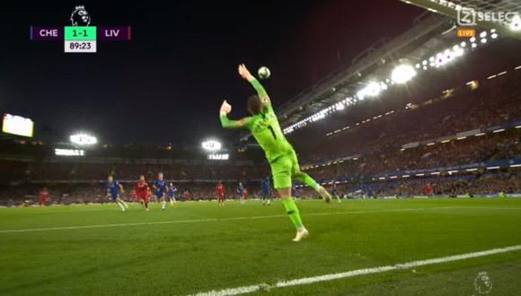 Daniel Sturridge preparó un remate de larga distancia que terminó ingresando por el ángulo izquierdo del arco del Chelsea. Aquí el video de la conquista del atacante del Liverpool. (Foto: captura de video)