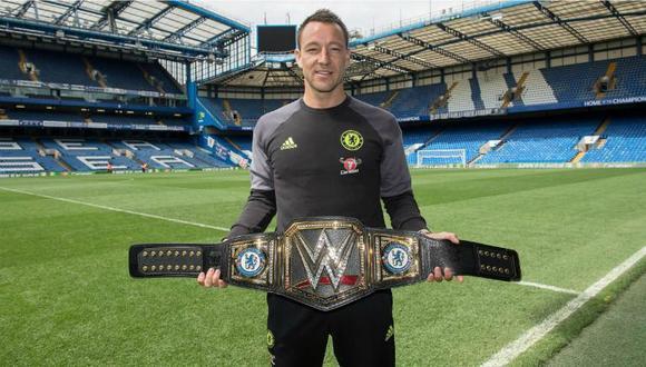 El central del Chelsea, John Terry, recibió el título de la WWE como regalo por el campeonato logrado con el conjunto 'Blue'. (Foto: WWE).