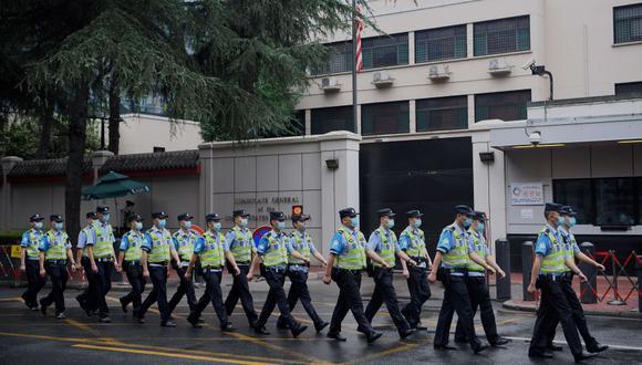 Policías chinos se desplazan frente al consulado de Estados Unidos en Chengdu, en la provincia de Sichuán. (Foto: Noel Celis / AFP).