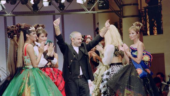 Gianni Versace al final del desfile de su colección Primavera-Verano Ready To Wear en julio de 1992, con locación en París. (Foto: AFP)
