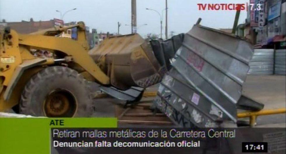 La Municipalidad de Ate usó maquinaria pesada para el retiro de las mallas metálicas de la Carretera Central. (Foto: TV Perú)