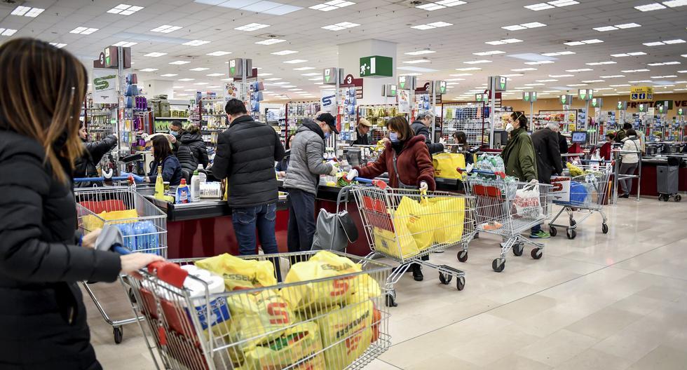 La disposición del Gobierno Italiano de poner en cuarentena a todo el país para frenar el brote del nuevo coronavirus, generó pánico en un grupo de personas que acudieron a los supermercados para abastecerse de víveres. (AP)