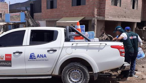 Personal de la ANA entregó agua a los damnificados por el huaico que afectó Tacna. (Difusión)