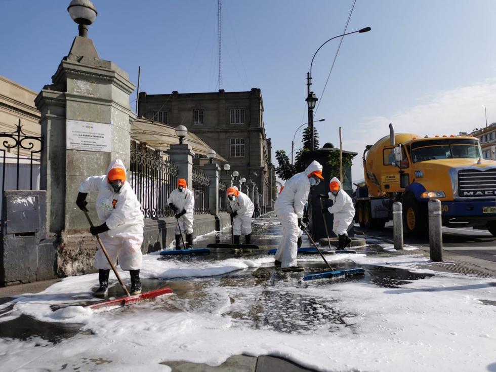 Los alrededores del hospital Arzobispo Loayza, situado en la avenida Alfonso Ugarte, fueron desinfectados este martes. (FOTO MML)