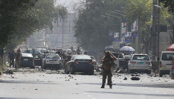 Coches dañados en el sitio del atentado suicida, con furgoneta bomba en el centro de Kabul, Afganistán. (Foto: Reuters)