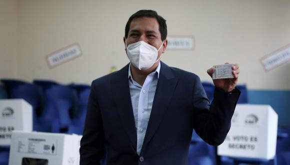 El candidato presidencial de Ecuador, Andrés Arauz, afín al expresidente Rafael Correa, sostiene su certificado de presentación electoral, durante la segunda vuelta de las elecciones presidenciales, en Quito, Ecuador. (Foto: REUTERS / Luisa Gonzalez).
