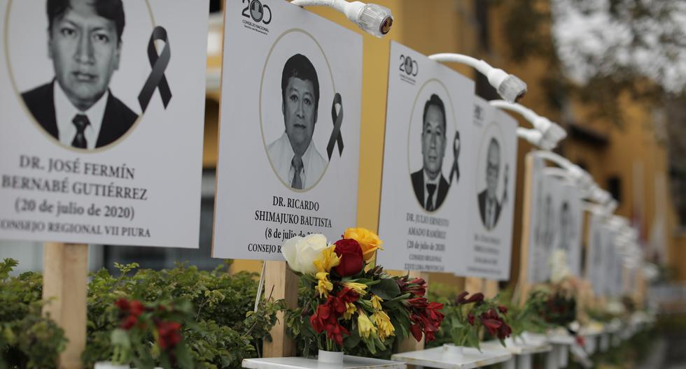 En la sede del Colegio Médico del Perú, en Miraflores, se ha colocado la fotografía de cada uno de los profesionales que han fallecido en la lucha contra el coronavirus. (Foto: Anthony Niño de Guzmán / GEC)