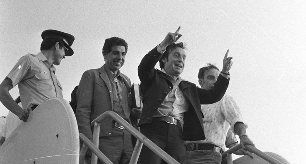 El popular Roberto Gómez Bolaños saluda a los cientos de fanáticos que se congregaron para recibirlo en el aeropuerto Jorge Chávez. Postal de 1979. Foto: Archivo Histórico El Comercio