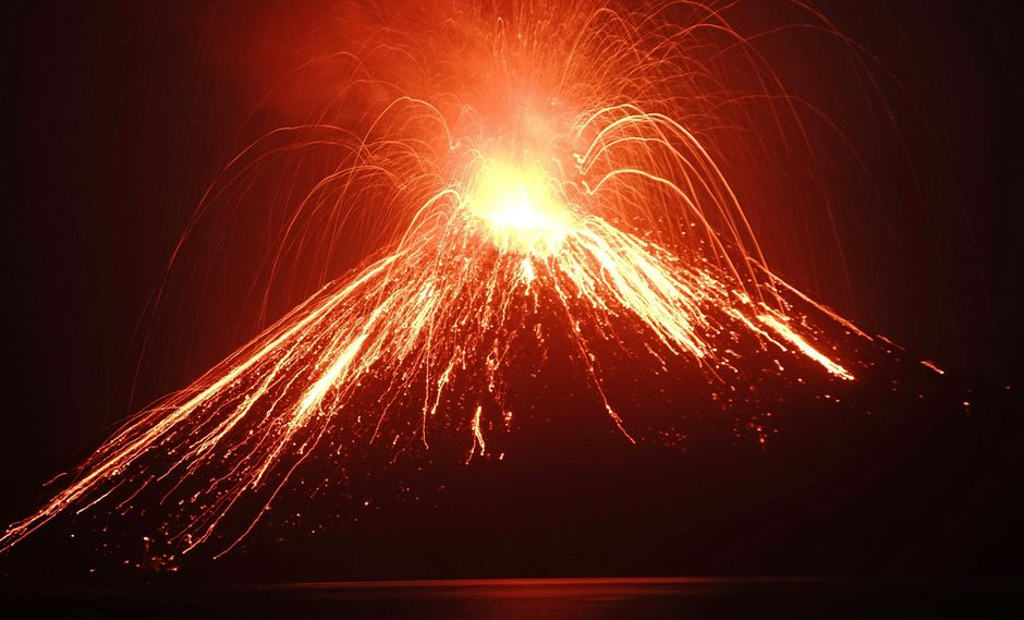 """Tsunami en Indonesia: el volcán Anak Krakatoa entra """"en una nueva fase mortal"""". (AFP)."""