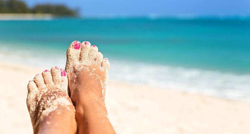 Remover arena. Si después de ir a la playa el interior de tu carro termina lleno de arena, no te preocupes. Espolvorea talco en tus pies y las sandalias y se desprenderá fácilmente. (Foto: Shutterstock)