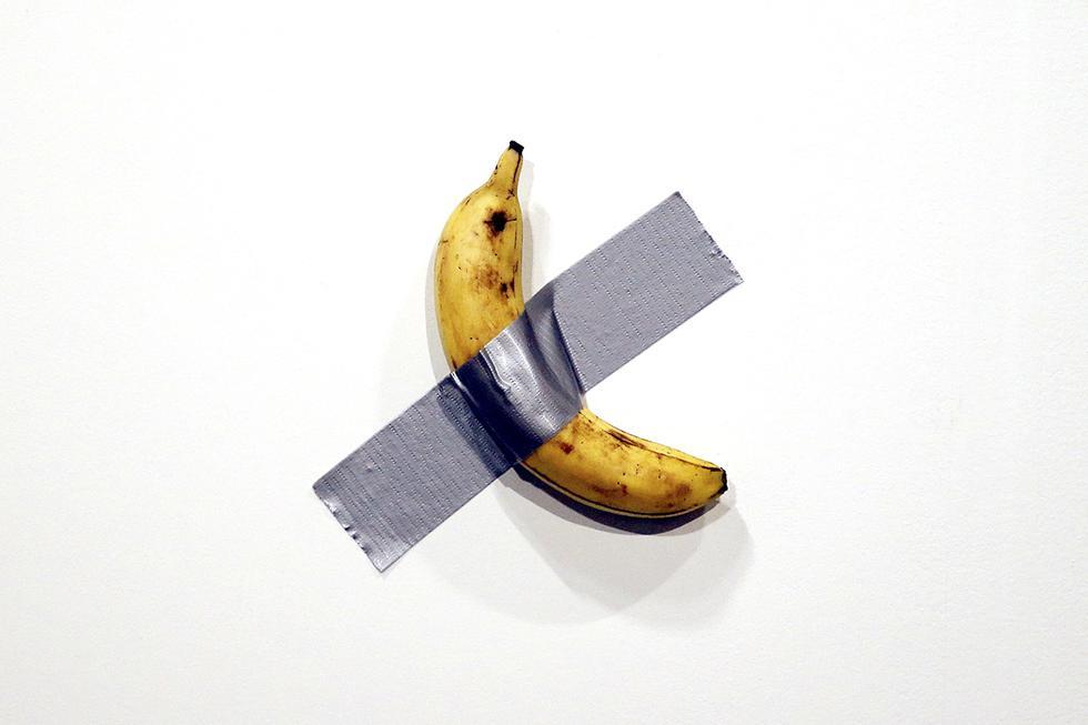 Venden por 120.000 dólares un plátano pegado a una pared en una feria de arte de Miami. (EFE)