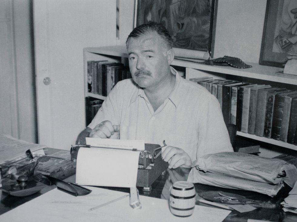 Ernest Hemingway escribiendo en su maquina durante su estadía en Cuba [Foto:   ]
