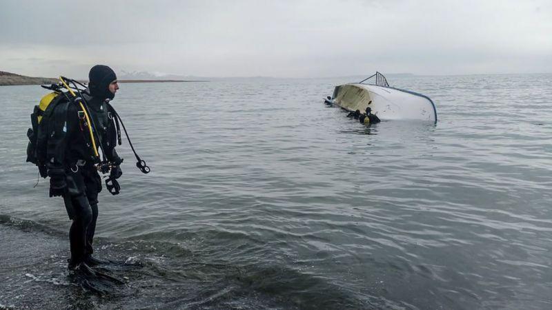 Los migrantes navegan por el lago Van para evitar los controles de carretera de la policía, pero algunos barcos no lo logran: este se hundió en diciembre de 2019. (Foto: Getty Images)