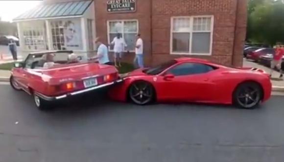 Choca Ferrari de 400 mil dólares de la forma más tonta [VIDEO]