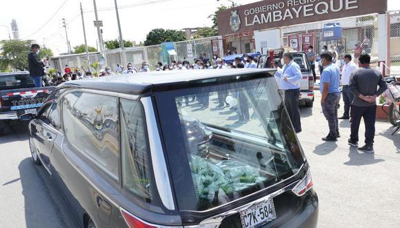 Los restos del exalcalde Jacinto fueron despedidos por los trabajadores del Gobierno Regional de Lambayeque, del que también él era trabajador nombrado, pero por su condición de autoridad estaba de licencia. (Foto: Gobierno Regional de Lambayeque)