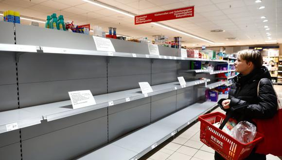 Esta foto del 20 de marzo muestra a una mujer mirando un estante vacío en un supermercado en Potsdam, Alemania. (Foto: Reuters)