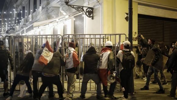 Los manifestantes intentaron llegar a la fuerza a la sede de Palacio de Gobierno, pero fueron contenidos por los agentes policiales. Se produjeron hechos de violencia   Foto: Joel Alonzo / El Comercio