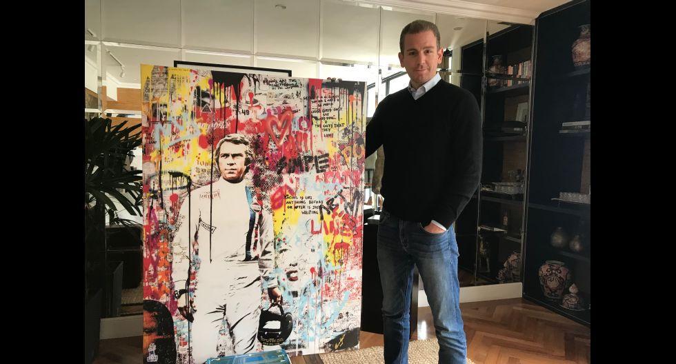 Diego Acuña sosteniendo un cuadro de Alonzo Vega