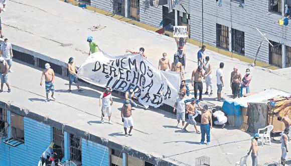 Ayer, los internos del penal de Lurigancho se amotinaron y exigieron medicamentos y una mejor atención para los reos contagiados por COVID-19. Escenas como estas se repiten a diario en las prisiones del Perú. (Foto: Renzo Salazar)