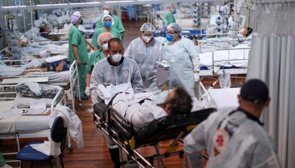 Un paciente que padece la enfermedad del coronavirus (COVID-19) es transportado a un hospital de campaña instalado en el gimnasio deportivo Dell'Antonia en Santo Andre, en las afueras de Sao Paulo, Brasil. (Foto: REUTERS / Amanda Perobelli).