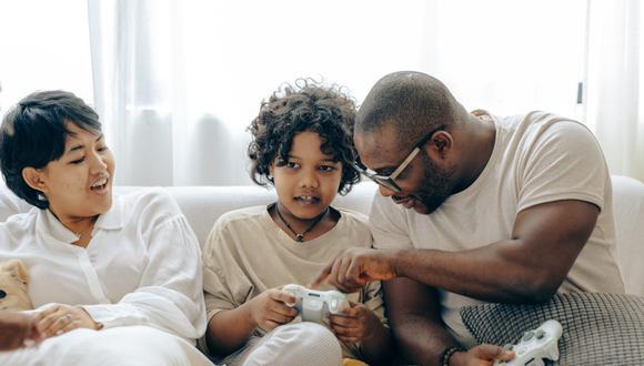 Realizar juegos clásicos o compartir una merienda hará que las relaciones entre los integrantes de la familia se fortalezcan. (Foto: Ketut Subiyanto / Pexels)