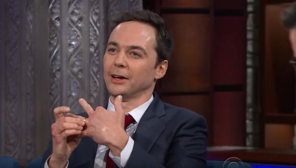 "Jim Parsons visitó el programa The Late Show with Stephen Colbert para promocionar la nueva serie de CBS ""Young Sheldon"". (Foto: YouTube)"