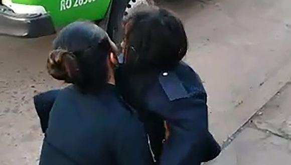 El momento en el que la menor de 7 años es hallada por la policía (Foto: Policía de Argentina)
